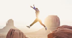 Mann der über Felsen springt