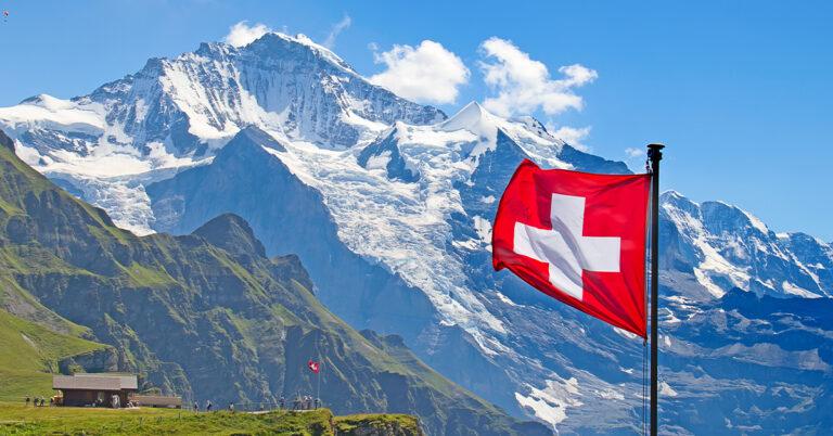Berg und schweizer Flagge