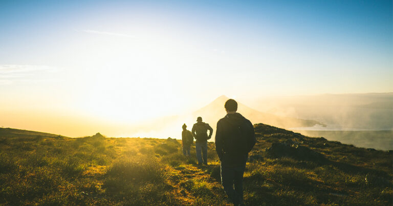 Freunde am Wandern im Sonnenuntergang
